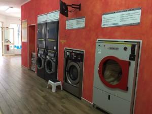 parete con macchinari della lavanderia
